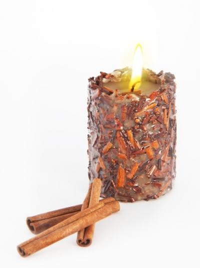 Свеча Эко ручной работы SUCCESS с дробленной корицей и эфирным маслом корицы, d8 h10 см круглая